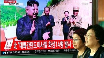 Militares norcoreanos exponen a Kim plan para disparar misiles a Guam
