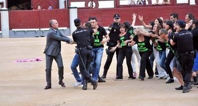 Un grupo de activistas tras saltar al ruedo en Las Ventas / Manuel Fernández Minaya