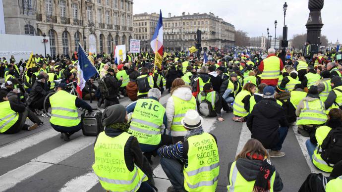 Macron convoca debate nacional para salir de la crisis de los 'chalecos amarillos'