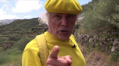 El padre Báez, en una de sus apariciones en vídeo