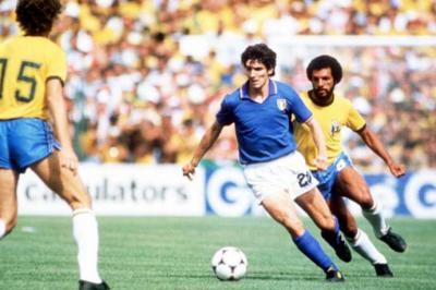 Paulo Roberto Falcao (izq.) y Paolo Rossi, con la pelota. / Getty Images - Fifa.com