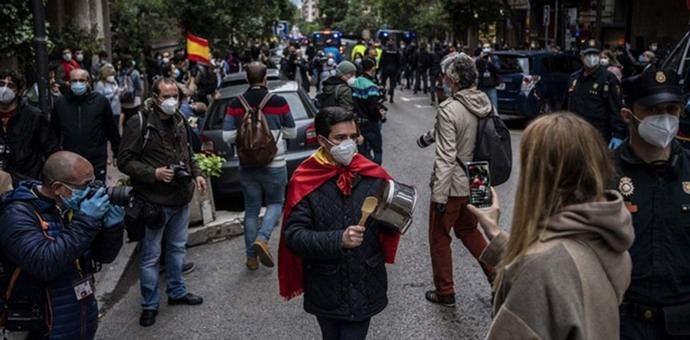 Manifestantes y policías en las protestas contra el confinamiento en el centro de Madrid.OLMO CALVO
