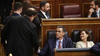 Oriol Junqueras saludando a Pedro Sánchez en la sesión de constitución de las Cortes la pasada legislatura.