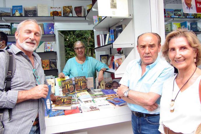 """Julia Sáez-Angulo firma su libro """"Historias y personajes del Norte de África II"""" en la Feria del Libro"""