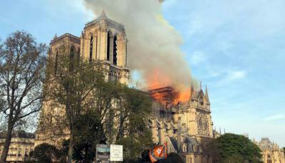 Los bomberos dan por extinguido el incendio que ha devastado dos tercios del techo de la catedral de Notre-Dame