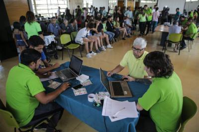 Chilenos votan a favor de cambiar la Constitución en inédita consulta municipal