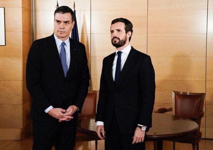 Sánchez y Casado poco antes de su reunión este lunes, en el congreso