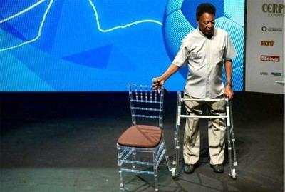 Pelé se vio obligado a asistir a una ceremonia con andador en Río de Janeiro.
