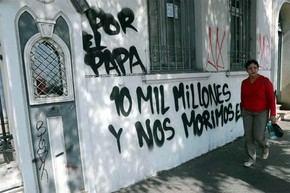 Varias fachadas de iglesias en Chile fueron pintadas con mensajes en contra de la visita del papa Francisco.