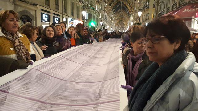 Decenas de mujeres portan en la calle Larios de Málaga la lista de mujeres asesinadas desde 2003 /foto: N.C.