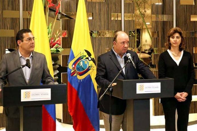 El ministro de Defensa de Ecuador, Patricio Zambrano (centro de la imagen)