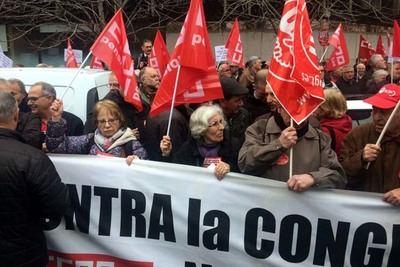 'El 0,25 es una mierda': miles de pensionistas se concentran contra la reforma de las pensiones del Gobierno