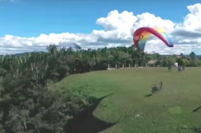 Los parapentistas lanzan semillas en zonas deforestadas para ayudar a su recuperación. Youtube.
