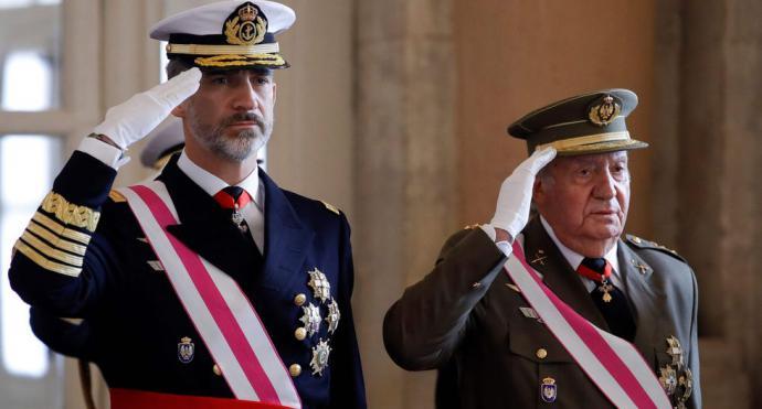El rey Felipe VI de España junto a su padre Juan Carlos I