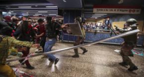 Enfrentamientos entre estudiantes y la policía al comienzo de las protestas ciudadanas