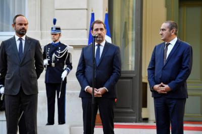 El nuevo ministro francés de Interior, Christophe Castaner (c), y el nuevo secretario de Estado, Laurent Nunez (d), asisten a la ceremonia oficial de cesión de poderes.