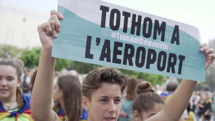 A las 13 horas del lunes, miles de manifestantes recibieron la consigna de ir al AeropuertoSÒNIA CALVÓ