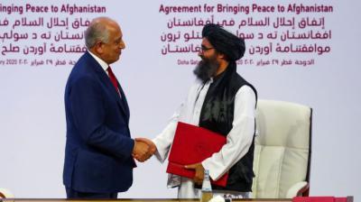 Abdul Ghani Baradar con el enviado de EEUU para Afganistán en Doha en febrero de 2020.Reuters/Gtres