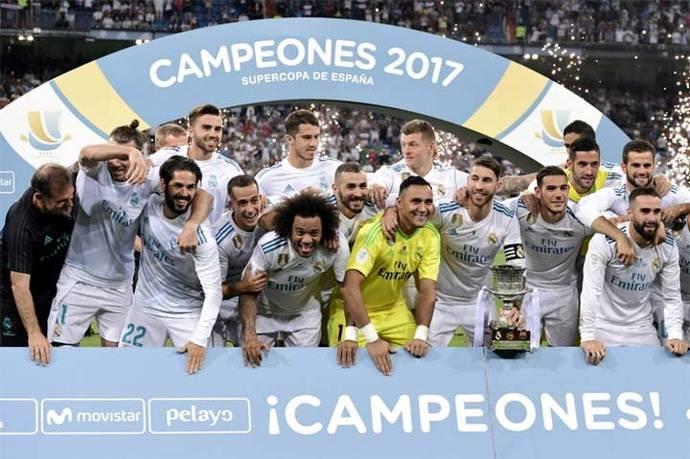 Los jugadores de Real Madrid festejan con el trofeo de la Supercopa de España