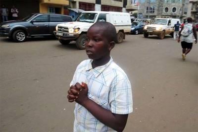 Un niño reza por las víctimas en una calle de Freetown