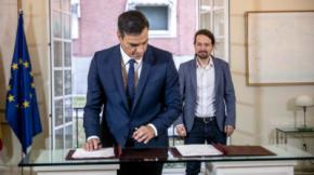 Pedro Sánchez firma el acuerdo presupuestario observado por Pablo Iglesias DANI GAGO (PODEMOS)