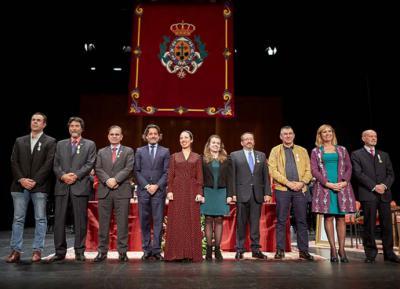 La alcaldesa de Santa Cruz entrega las Medallas de Oro y Plata de la ciudad