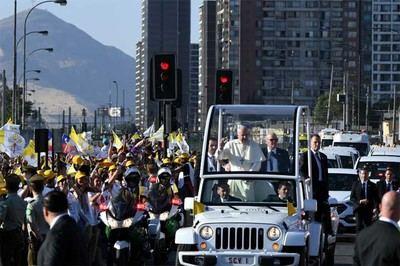 Lanzan un periódico al papa Francisco en su visita a Chile