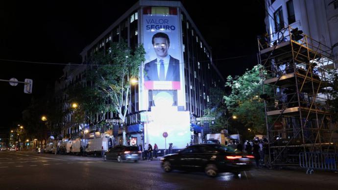 Lona electoral con la efigie de Pablo Casado cubriendo la fachada de la sede del PP en Génova 13