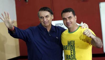 Flavio Bolsonaro junto a su padre, el presidente de Brasil, Jair Bolsonaro