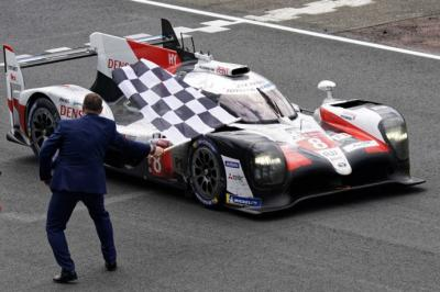 El Toyota número 8 de Alonso, Buemi y Nakajima cruza la línea de meta en el circuito de La Sarthe.
