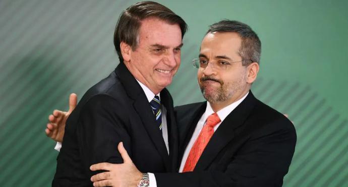 Jair Bolsonaro (i) junto a su extravagante ministro de Educación, Abraham Weintraub