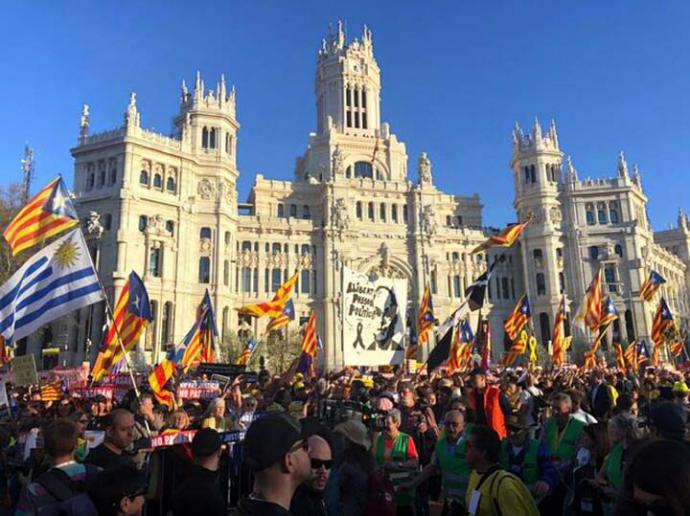 La manifestación en defensa del derecho a la autodeterminación, a su paso por el Ayuntamiento de Madrid IRENE CASTRO