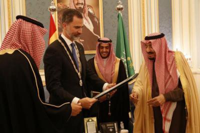Felipe VI con el rey saudí Salmán tras recibir la más alta condecoración del país en su visita a Arabia Saudí en 2017.CASA REAL