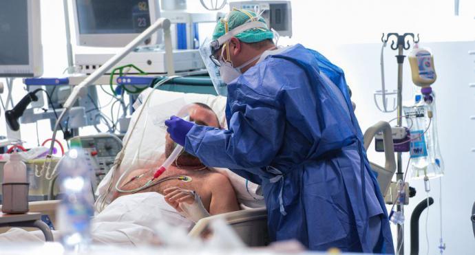 traslado del ataúd de un fallecido por coronavirus