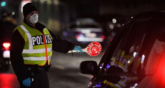 Un oficial de la policía alemán controla a los conductores en la frontera francesa y alemana