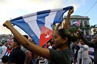 Decenas de personas participaron este lunes 16 de abril de 2018 en un acto para conmemorar el 57 aniversario de la proclamación del carácter socialista de la revolución cubana