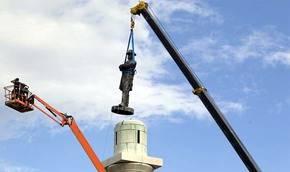 Imagen de la remoción de una estatua del General Robert Lee en Nueva Orleáns