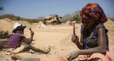 Una niña y una mujer trabajan en las extracción del cobalto en la República Democrática del Congo