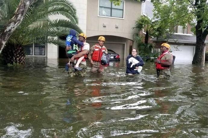 Soldados de la Guardia Nacional de Texas mientras rescatan a una familia de una zona inundada por el huracán Harvey.