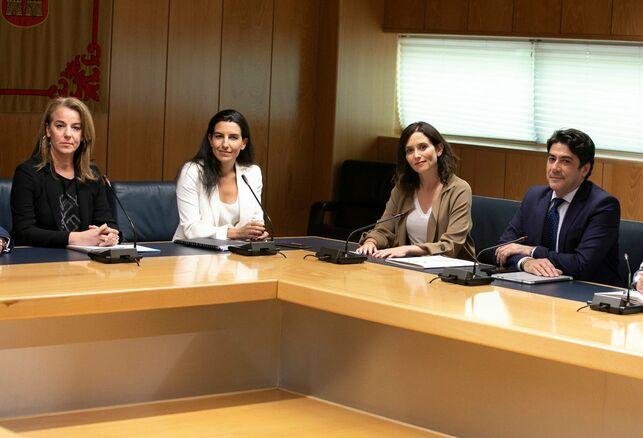 Los equipos negociadores de Rocío Monasterio e Isabel Díaz Ayuso en la Asamblea de Madrid VOX