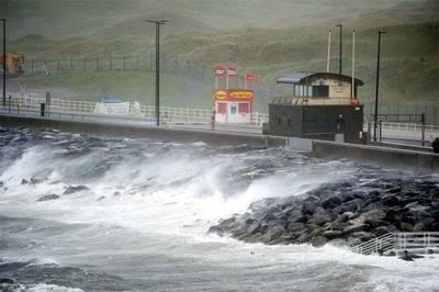 Fuerte oleaje, lluvias y vientos se han registrado en la costa del Condado de Clare, en Irlanda.