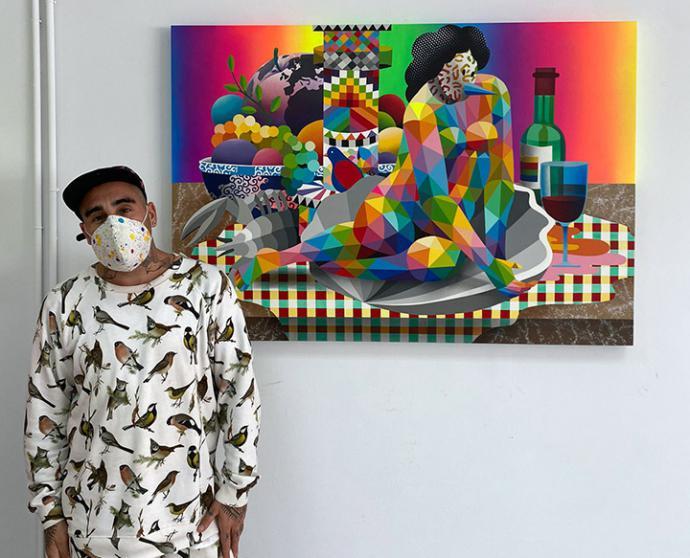 El artista Okuda sigue pintando en la localidad cántabra de Ajo