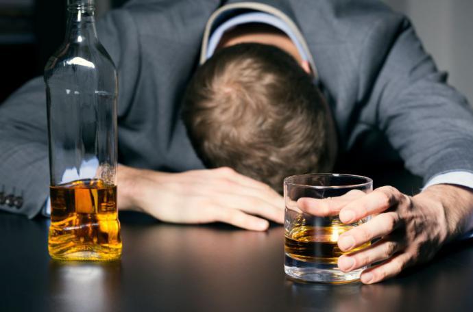 Cuatro claves para ayudar a un ser querido a superar el alcoholismo