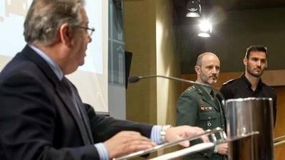 Zoido, en primer plano ante el teniente coronel Vázquez y el agente Craviotto