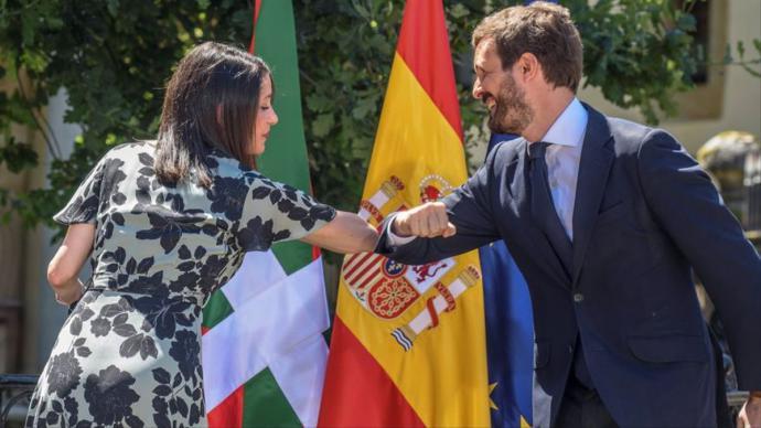 Inés Arrimadas y Pablo Casado, en julio, durante la campaña de las elecciones en Euskadi en las que presentaron la coalición PP+Cs.Pool