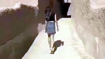 Policía saudí interroga a mujer por recorrer sitio histórico en minifalda