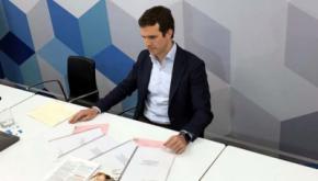 Pablo Casado con la documentación que presentó en la sede del PP