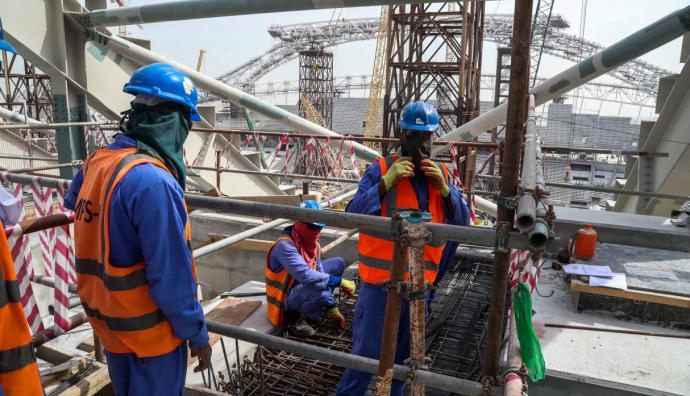 Qatar 2022: el infierno de los trabajadores que construyen los estadios como esclavos