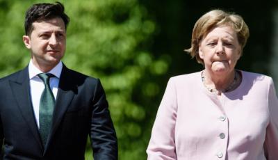 Angela Merkel sufre temblores durante una ceremonia oficial junto al presidente de Ucrania Volodimir Zelenski