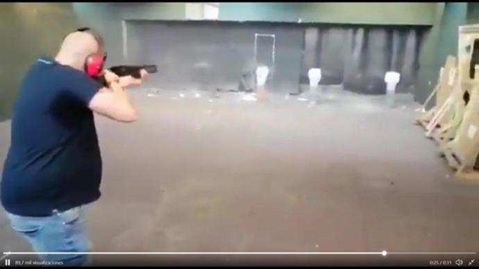 Imagen del vídeo donde se ve a un hombre disparar a unas dianas con imágenes de miembros del Gobierno.